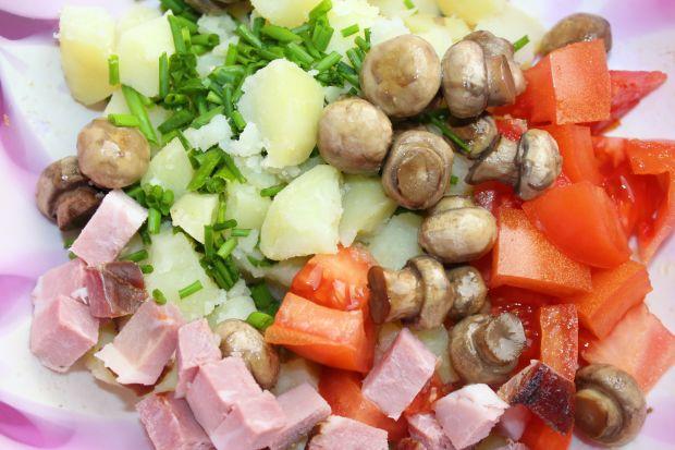 Sałatka z ziemniakami, pieczarkami i szynką