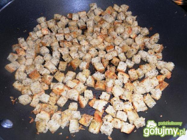 Sałatka z ziołowymi grzankami