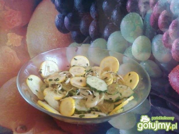 Sałatka z żółtej cukinii i ogórków.