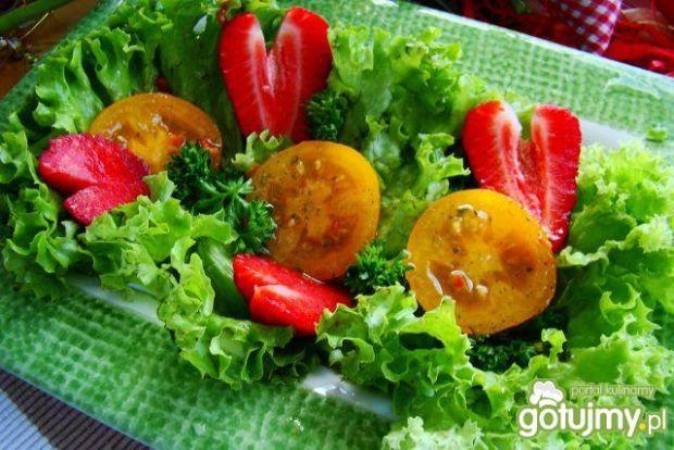Sałatka z żółtym pomidorem i truskawką