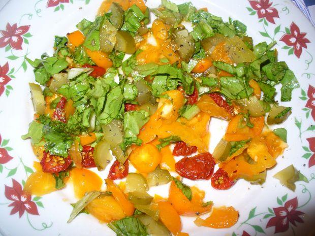 Sałatka z zółtymi pomidorami i ananasem