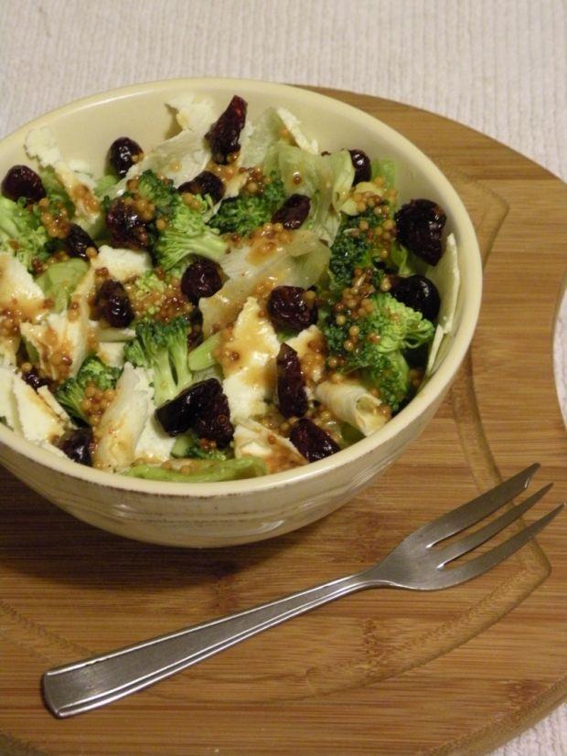 Sałatka z żurawiną, serem i zieleniną