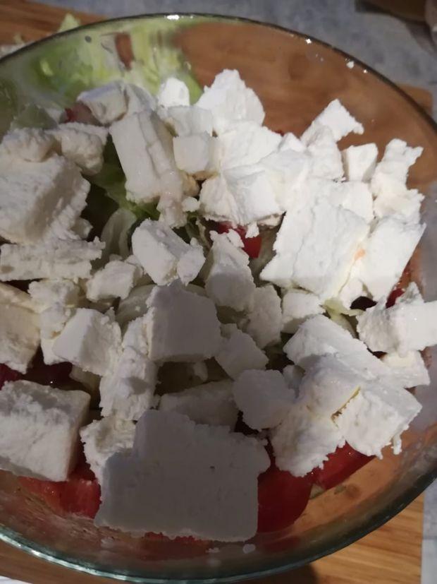 Sałatka ze swieżych warzyw z fetą i kabanosami