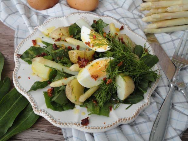 Sałatka ze szparagami i młodymi ziemniaczkami