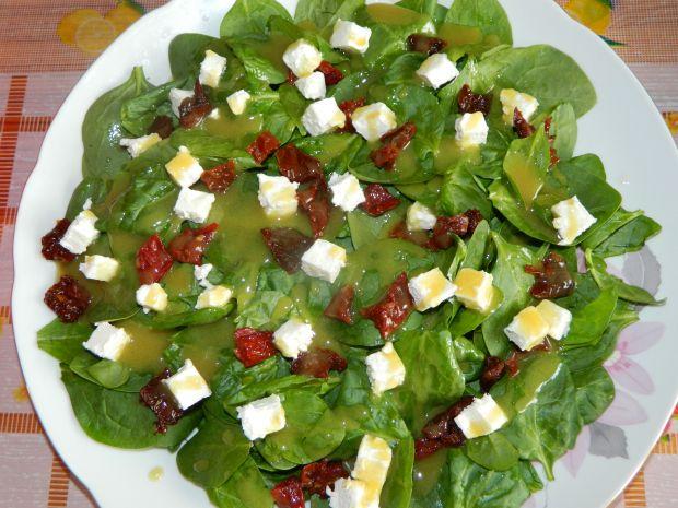Sałatka ze szpinakiem, fetą i suszonymi pomidorami