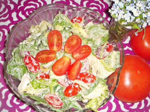 Sałatka ze szpinakiem i pomidorkami