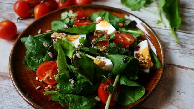 Sałatka ze szpinakiem, jajkiem i pomidorkami