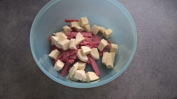 Sałatka ze szpinakiem, salami i mozarellą