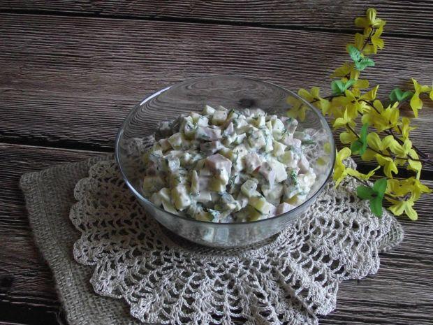 Sałatka ziemniaczana z ogórkiem kiszonym i szynką