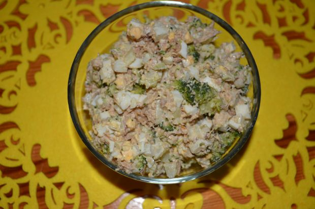 Sałatka ziemniaczana z tuńczykiem i brokułem
