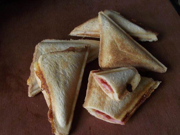 Sandwich opiekany z serem i boczkiem