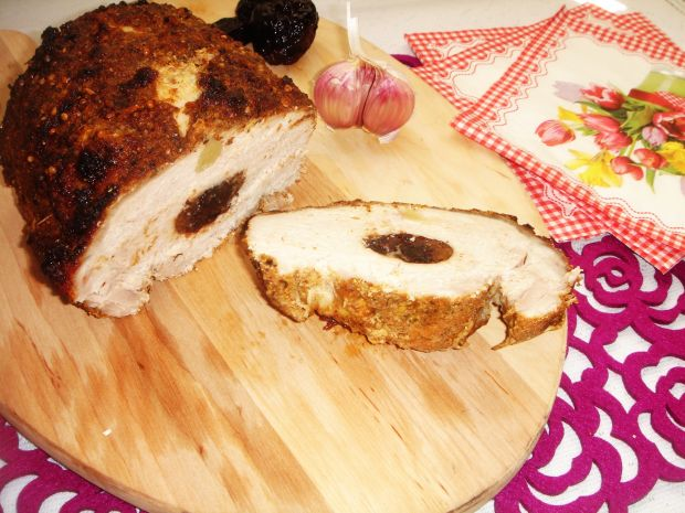 Schab pieczony ze śliwką i czosnkiem
