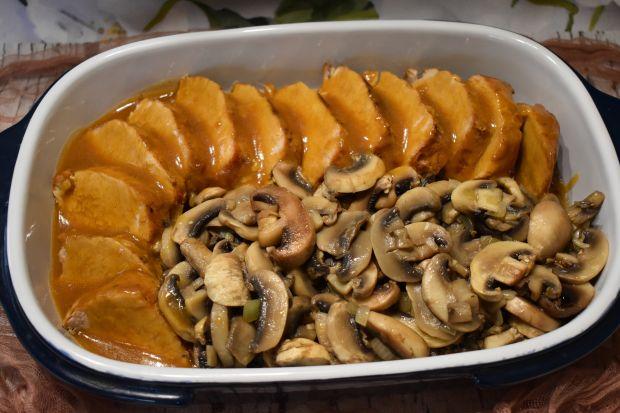 Schab w sosie pieczeniowym z pieczarkami