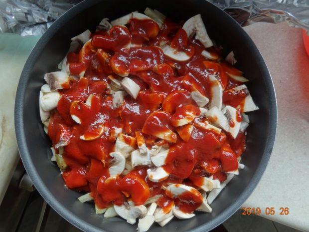 Schab z pieczarkami i cebulą