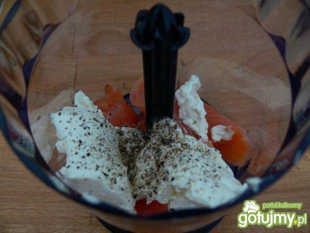 Serduszkowe kanapki z pastą łososiową