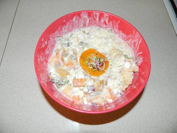 Serek wiejski z pomidorami i kiełkami