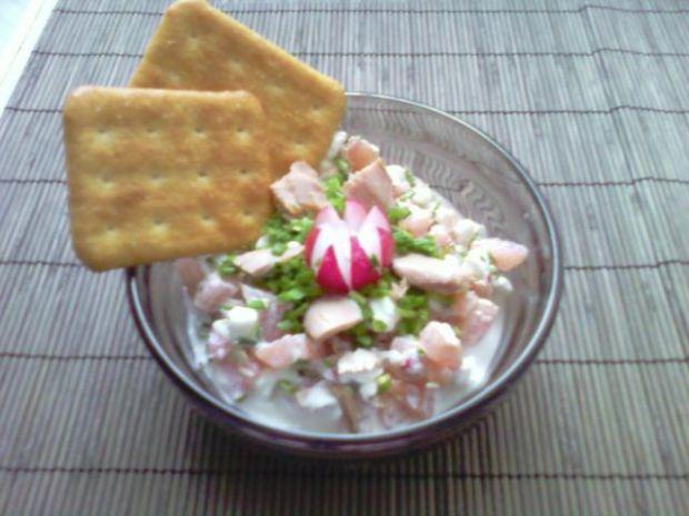 Serek wiejski z tuńczykiem i krakersami