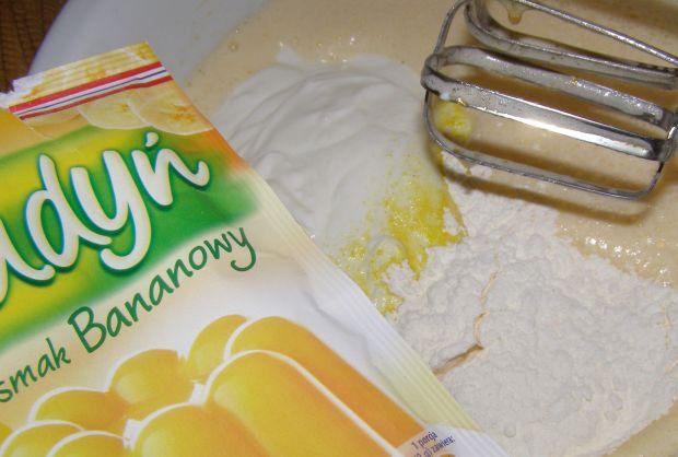 Sernik jogurtowy z budyniem bananowym,herbatnikach