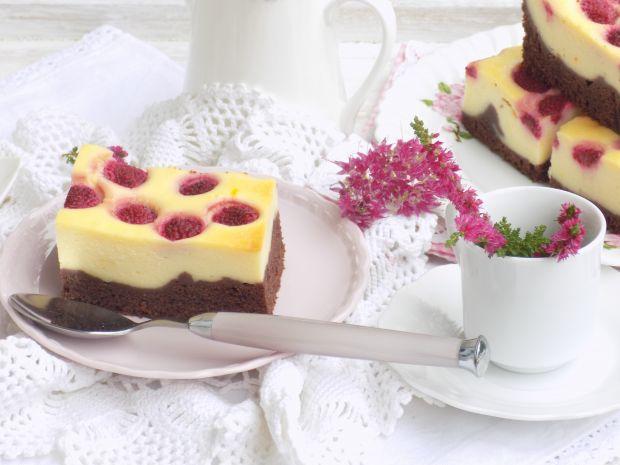 Sernik na czekoladowym cieście z malinami