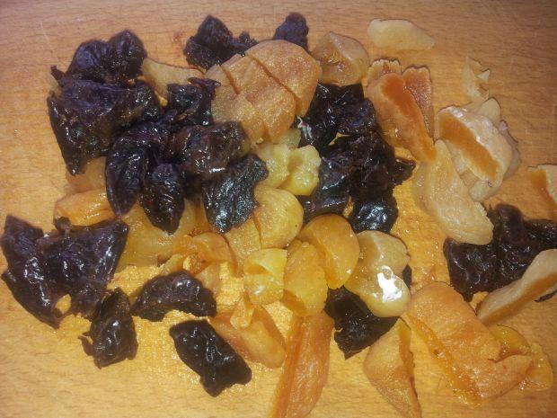 Sernik na mandarynkowym spodzie ze śliwkami.