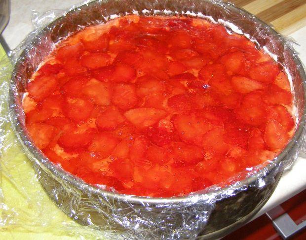 Sernik na zimno na szybko z truskawkami