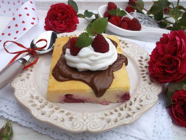 Sernik z malinami, czekoladą i bitą śmietaną