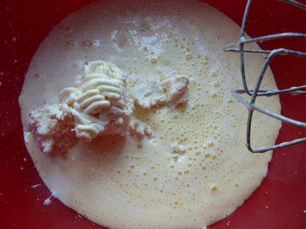 Sernik z mlekiem i brzoskwiniami