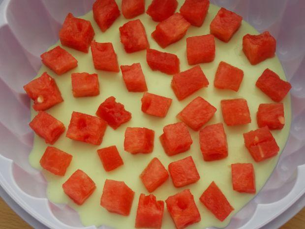 Sernik z musem truskawkowym i arbuzem
