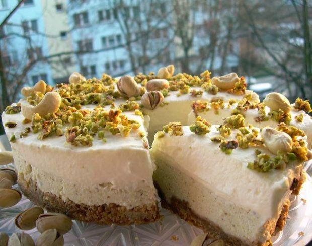 Sernik z pistacjami, nerkowcem i białą czekoladą.