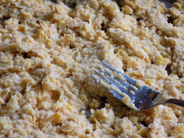Sernik z posypką na spodzie z płatków kukurydziany