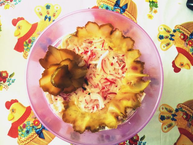 Serowa sałatka z rzodkiewką i ogórkami w paseczki.