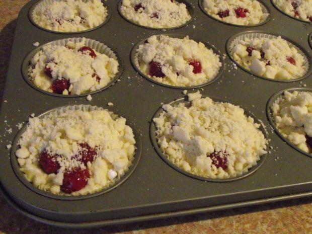 Serowe muffiny z wiśniami z kompotu