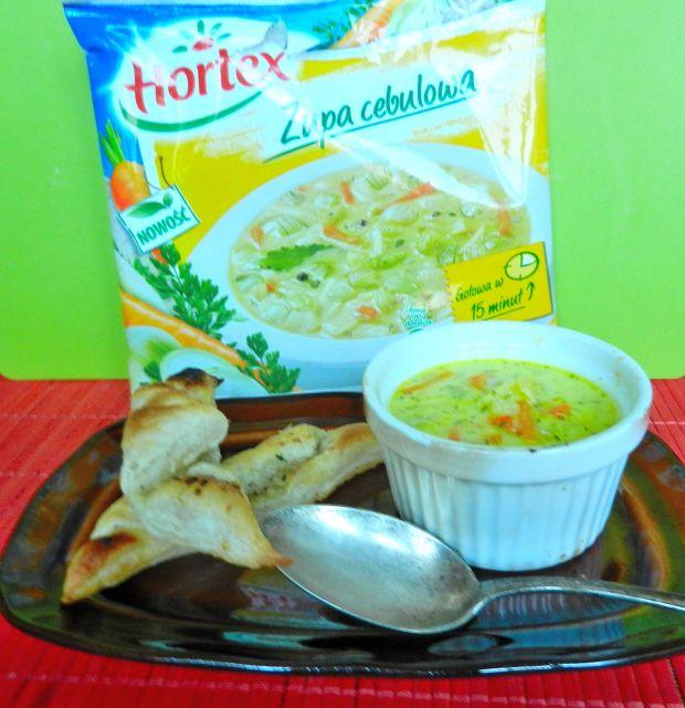 Serowo- cebulowa zupa z rogalikami ziołowymi
