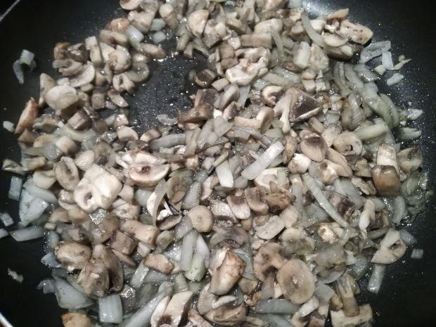 Serowy makaron z pieczarkami i szpinakiem