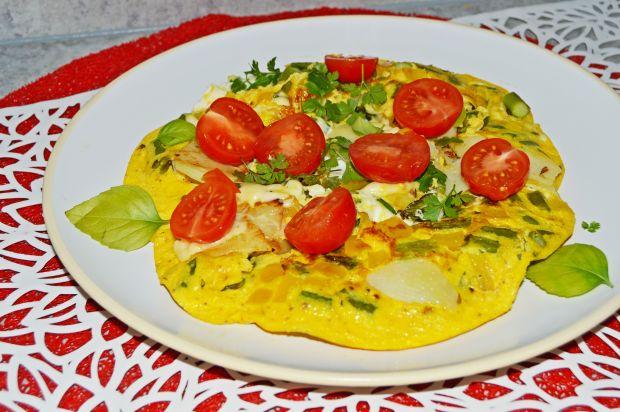 Serowy omlet z ziemniakami, szparagami i papryką