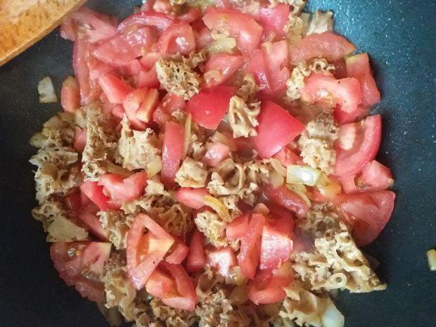 Siedzuń sosnowy w sosie śmietanowo-pomidorowym