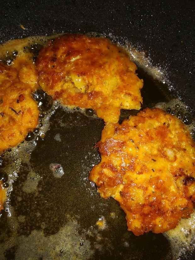 Siekane kotlety rybne z marchewką i serem