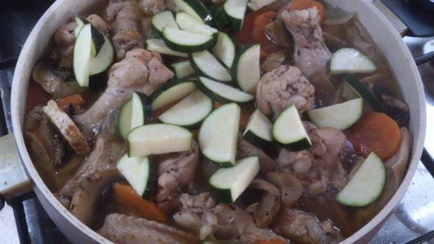 Skrzydełka w sosie z warzywami i pieczarkami