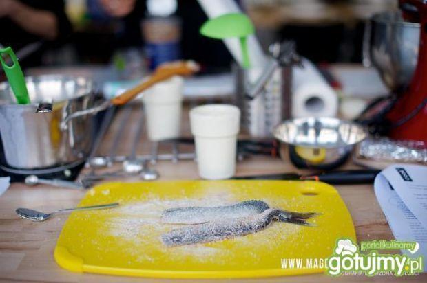 Śledź smażony z puree i sałatką z ogórka