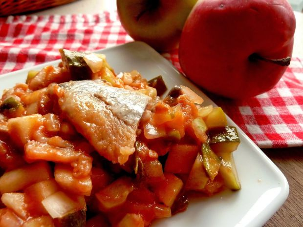Śledzie słodko-kwaśne z jabłkami i ogórkiem