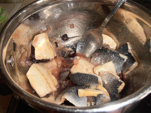 Śledzie w karmelizowanej cebuli ze śliwkami