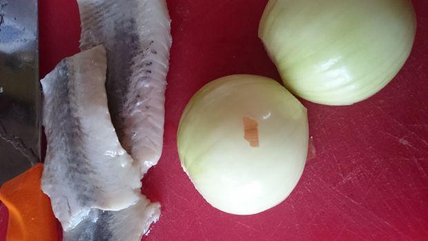Śledzie w oleju z cebulą, miodem i cytryną