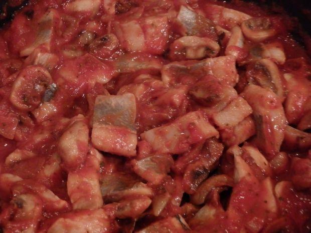 Śledzie w pomidorach z pieczarkami