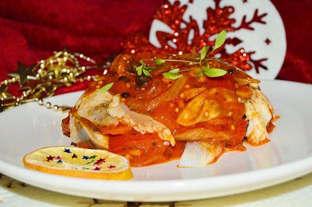 Śledzie w sosie pomidorowym z papryką i cebulą