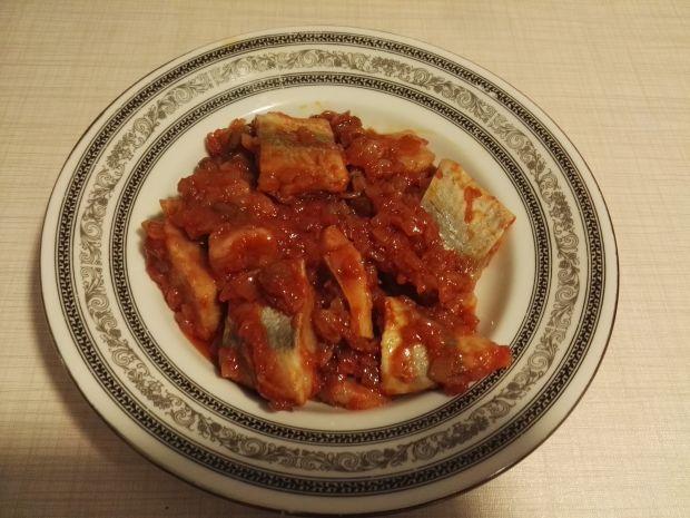 Śledzie w sosie pomidorowym z rodzynkami