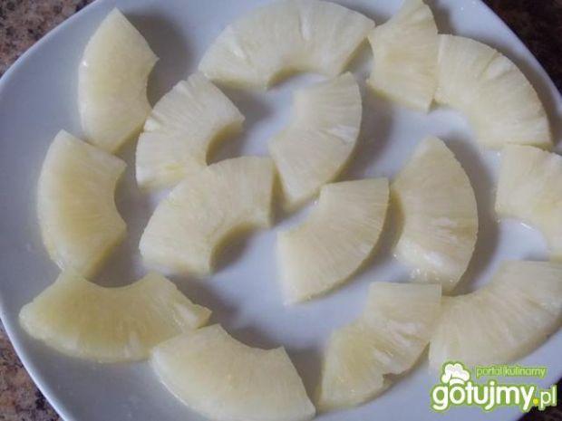 Śledzie z ananasem i rodzynkami