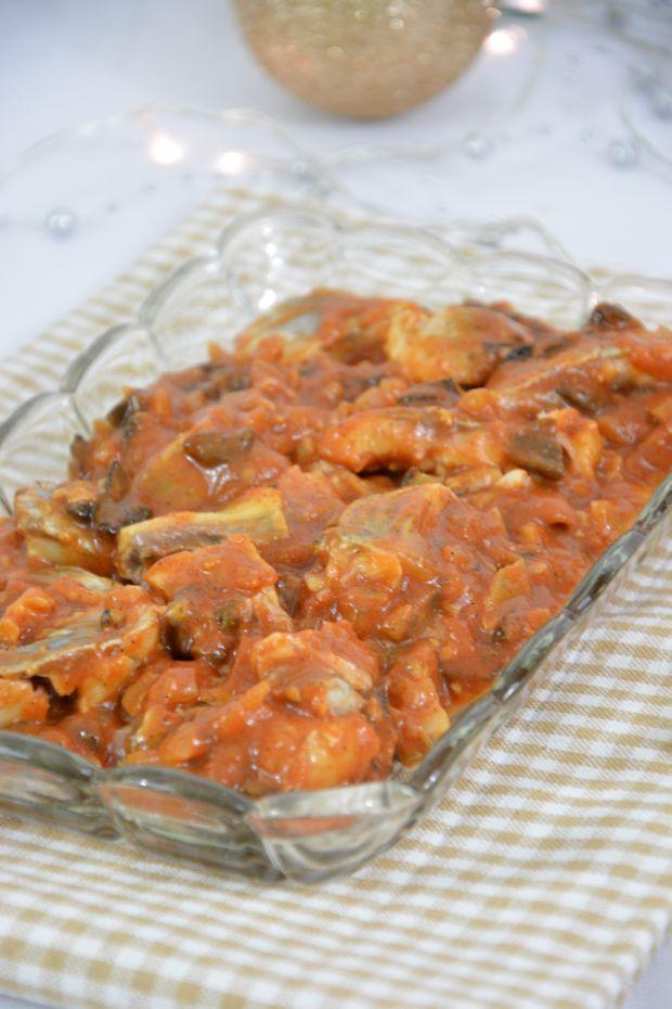 Śledzie z suszonymi grzybami w pomidorach