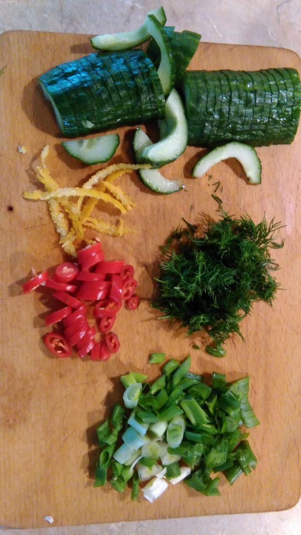 Śledzie ze świeżym ogórkiem i chilli