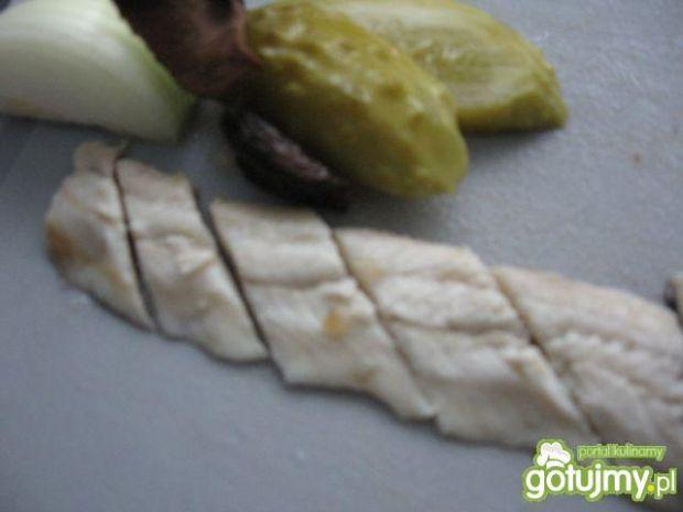 Śledziowa sałatka z suszonymi grzybami