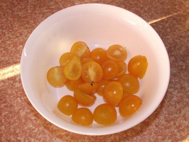 Śledziowa sałatka z żółtymi pomidorami i twarogiem